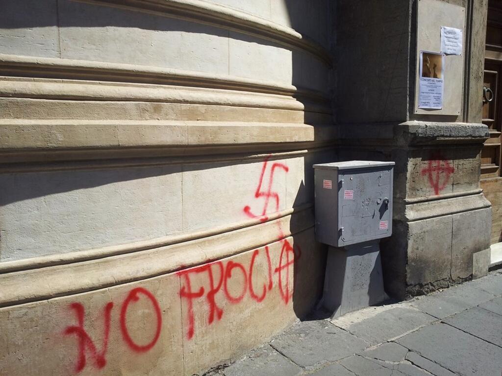 svastiche_chiesavaldese_roma